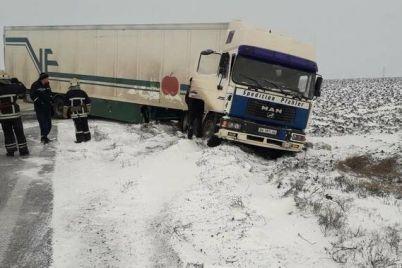 v-zaporozhskoj-oblasti-iz-za-gololediczy-na-dorogah-zastryali-4-gruzovika-i-mikroavtobus.jpg