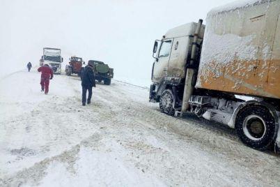 v-zaporozhskoj-oblasti-iz-za-nepogody-obrazovalas-probka.jpg