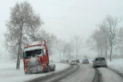 v-zaporozhskoj-oblasti-iz-za-nepogody-perekryli-uchastok-naczionalnoj-trassy.jpg