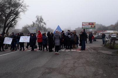 v-zaporozhskoj-oblasti-iz-za-zakrytiya-shkoly-internata-perekryli-mezhdunarodnuyu-trassu-foto.jpg
