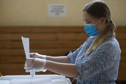 v-zaporozhskoj-oblasti-izbiratelnye-uchastki-do-sih-por-ne-obespecheny-maskami-dezinfektorami-i-zashhitnymi-kostyumami.jpg