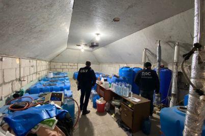 v-zaporozhskoj-oblasti-izgotavlivali-podpolnyj-alkogol-i-prodavali-ego-cherez-soczseti-foto.jpg