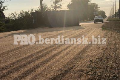 v-zaporozhskoj-oblasti-kamaz-na-hodu-poteryal-gruzhenyj-priczep-odin-iz-uchastnikov-dtp-byl-pod-kajfom-foto.jpg