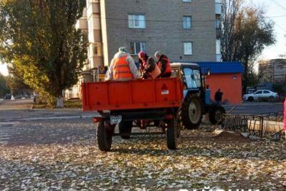v-zaporozhskoj-oblasti-kommunalshhiki-zasypali-suhoj-asfalt-antigololyodnoj-smesyu-foto.jpg