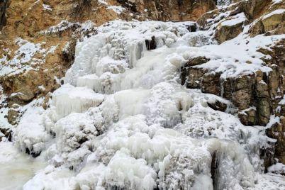 v-zaporozhskoj-oblasti-krasivo-zamerzli-vodopad-i-karer-foto-video.jpg