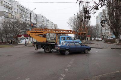 v-zaporozhskoj-oblasti-legkovushka-stolknulas-s-avtokranom-foto.jpg