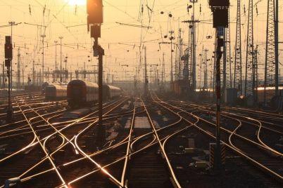 v-zaporozhskoj-oblasti-lokomotiv-zadel-muzhchinu-na-zheleznodorozhnyh-putyah-on-vyzhil.jpg