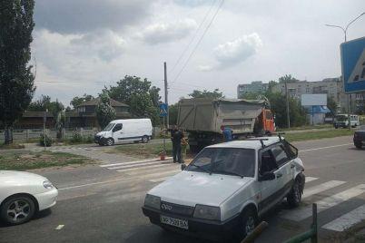 v-zaporozhskoj-oblasti-mnogotonnik-smyal-legkovushku-vo-vremya-togo-kak-ta-propuskala-peshehodov-na-zebre-foto.jpg