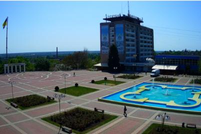 v-zaporozhskoj-oblasti-muzhchina-otkryl-kupalnyj-sezon-v-fontane-video.png