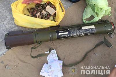 v-zaporozhskoj-oblasti-muzhchina-pryamo-na-ulicze-prodaval-granatomet.jpg