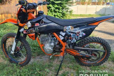 v-zaporozhskoj-oblasti-muzhchina-pryatal-v-kustah-dorogoj-motoczikl.jpg