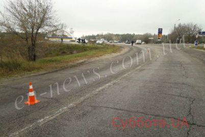 v-zaporozhskoj-oblasti-na-avtodoroge-razlita-neizvestnaya-zhidkost-iz-za-kotoroj-voditeli-teryayut-upravlenie-foto.jpg