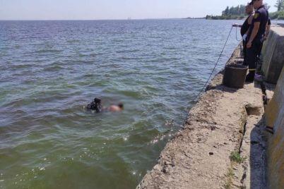 v-zaporozhskoj-oblasti-na-kahovskom-more-muzhchina-utonul-v-chetyreh-metrah-ot-berega-foto.jpg