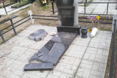 v-zaporozhskoj-oblasti-na-kladbishhe-razbili-pamyatnik-i-nadgrobnuyu-plitu-foto.jpg