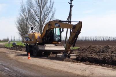v-zaporozhskoj-oblasti-na-ubitoj-doroge-ukladyvayut-novyj-asfalt-foto-video.png