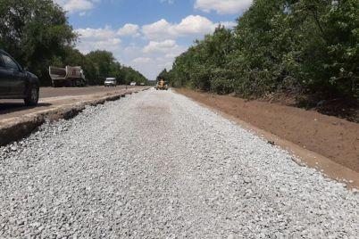 v-zaporozhskoj-oblasti-na-uchastke-vazhnejshej-avtodorogi-nachali-ukladyvat-verhnij-sloj-asfalta.jpg