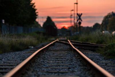 v-zaporozhskoj-oblasti-na-zheleznodorozhnom-pereezde-lokomotiv-vrezalsya-v-legkovushku.jpg