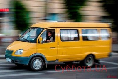 v-zaporozhskoj-oblasti-neadekvatnye-muzhchiny-zablokirovali-dvizhenie-avtobusa-i-nachali-gromit-ego-video.jpg