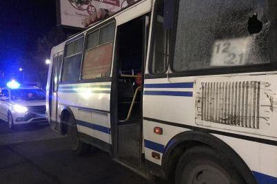 v-zaporozhskoj-oblasti-neizvestnyj-shvyrnul-butylku-v-steklo-passazhirskogo-avtobusa-foto.jpg