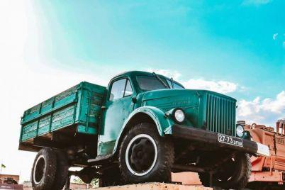 v-zaporozhskoj-oblasti-otkryli-muzej-retro-avtomobilej-pod-otkrytym-nebom-foto.jpg