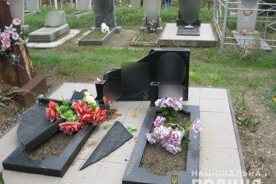 v-zaporozhskoj-oblasti-parni-radi-zabavy-razbili-bolshe-desyatka-nadgrobij.jpg