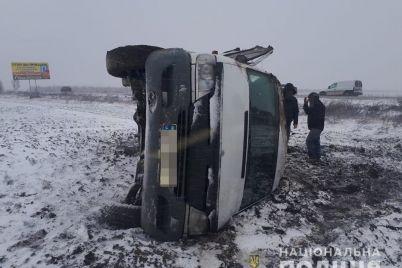 v-zaporozhskoj-oblasti-perevernulas-marshrutka-s-passazhirami-5-chelovek-gospitalizirovany.jpg