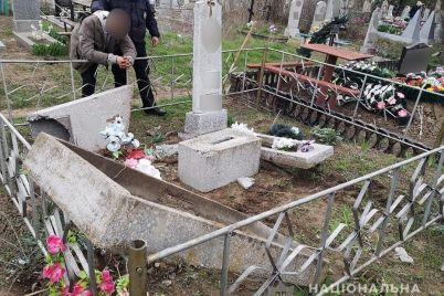v-zaporozhskoj-oblasti-policzejskie-nashli-vandala-kotoryj-povredil-mogily-na-kladbishhe.jpg