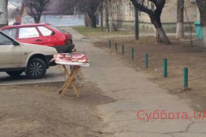 v-zaporozhskoj-oblasti-posredi-uliczy-torgovczy-brosili-syroe-myaso-foto.jpg
