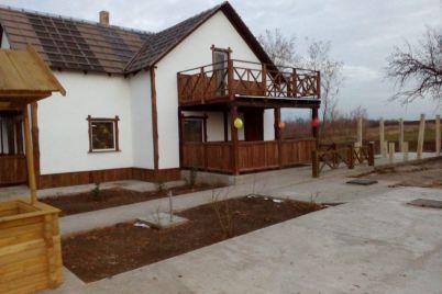 v-zaporozhskoj-oblasti-poyavilas-neobychnaya-usadba-foto.jpg