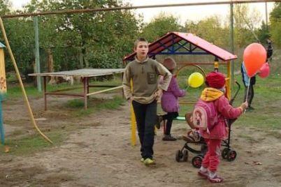 v-zaporozhskoj-oblasti-preobrazili-detskuyu-ploshhadku.jpg