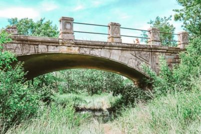v-zaporozhskoj-oblasti-puteshestvennikov-privlekaet-starinnyj-zheleznodorozhnyj-most-foto.jpg