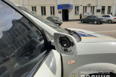v-zaporozhskoj-oblasti-pyanyj-deboshir-razgromil-avtomobil-policzejskih-opublikovano-video.jpg