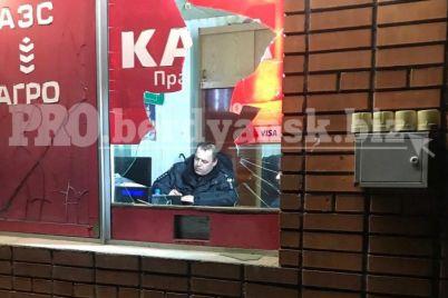 v-zaporozhskoj-oblasti-pyanyj-muzhchina-razbil-steklo-na-zapravke-i-brosilsya-pod-mashinu.jpg