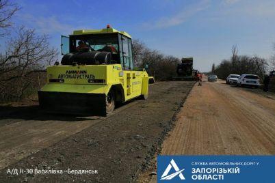 v-zaporozhskoj-oblasti-rabochie-vypolnyayut-srednij-remont-dorogi-vasilevka-berdyansk.jpg