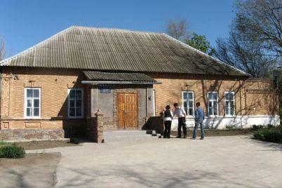 v-zaporozhskoj-oblasti-razrushayut-zdanie-stoletnej-shkoly-foto.jpg