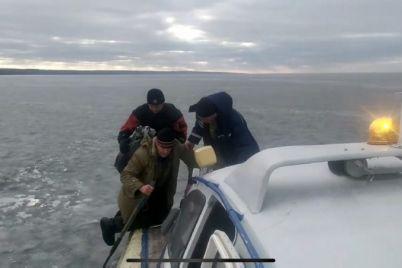 v-zaporozhskoj-oblasti-rybaki-vyshli-na-led-i-okazalis-v-lovushke.jpg