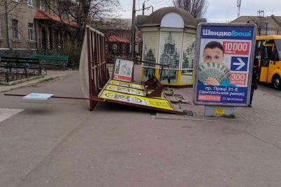 v-zaporozhskoj-oblasti-silnyj-veter-svalil-ostanovku.jpg