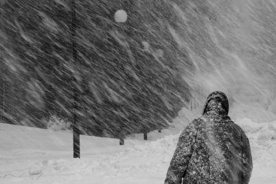v-zaporozhskoj-oblasti-skoraya-s-bolnym-vnutri-zastryala-v-snezhnoj-lovushke-foto.jpg