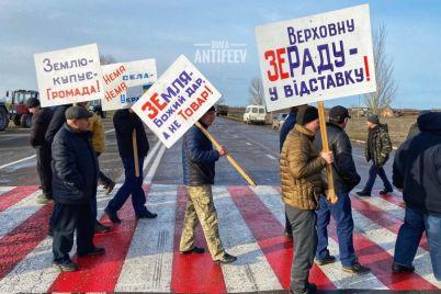 v-zaporozhskoj-oblasti-snova-perekryli-trassu-video.jpg