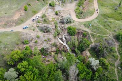 v-zaporozhskoj-oblasti-snyali-na-video-s-kvadrokoptera-neobychnyj-vodopad.png