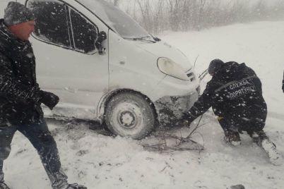 v-zaporozhskoj-oblasti-spasateli-okazali-pomoshh-9-lyudyam-kotorye-zastryali-v-doroge-iz-za-plohoj-pogody.jpg