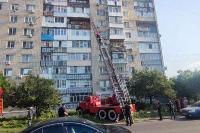 v-zaporozhskoj-oblasti-spasateli-snyali-zhenshhinu-s-podokonnika-balkona-na-ogromnoj-vysote.jpg