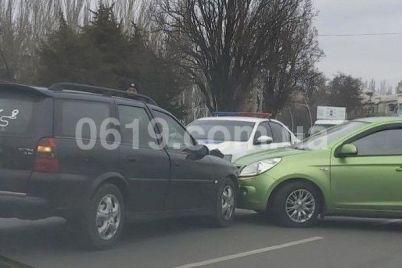 v-zaporozhskoj-oblasti-taksi-ugodilo-v-dtp-foto.jpg