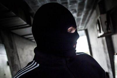 v-zaporozhskoj-oblasti-troe-v-maskah-napali-na-ohrannika-otelya.jpg