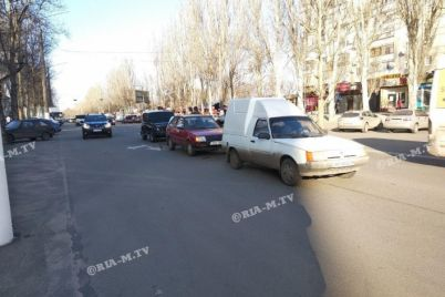 v-zaporozhskoj-oblasti-trojnoe-dtp-avto-vystroili-parovozikom-foto.jpg
