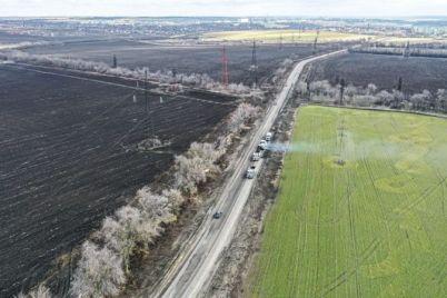 v-zaporozhskoj-oblasti-ubirayut-neprigodnyj-asfalt-na-ubitom-uchastke-vazhnoj-dorogi.jpg