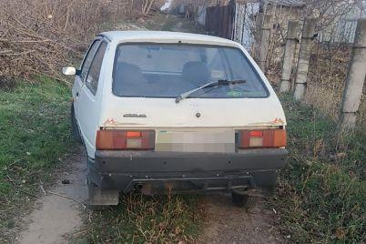 v-zaporozhskoj-oblasti-ukradennyj-avtomobil-brosili-na-dachah.jpg