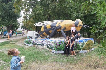 v-zaporozhskoj-oblasti-v-czentralnom-parke-ustanovili-ogromnyj-pamyatnik-pchele.jpg