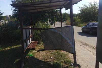 v-zaporozhskoj-oblasti-v-ostanovku-obshhestvennogo-transporta-vletelo-avto-foto.jpg