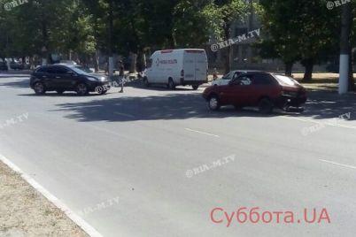 v-zaporozhskoj-oblasti-v-rezultate-dtp-odin-iz-avtomobilej-okazalsya-bez-kolesa-foto.jpg